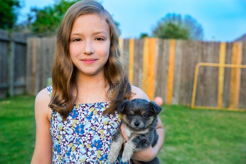 Piękny dzieciak dziewczyny portret z szczeniaka chihuahua doggy obrazy royalty free