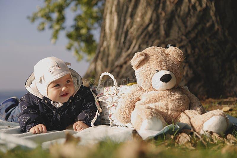Piękny dzieciak na pinkinie błękitnym morzem zdjęcia royalty free