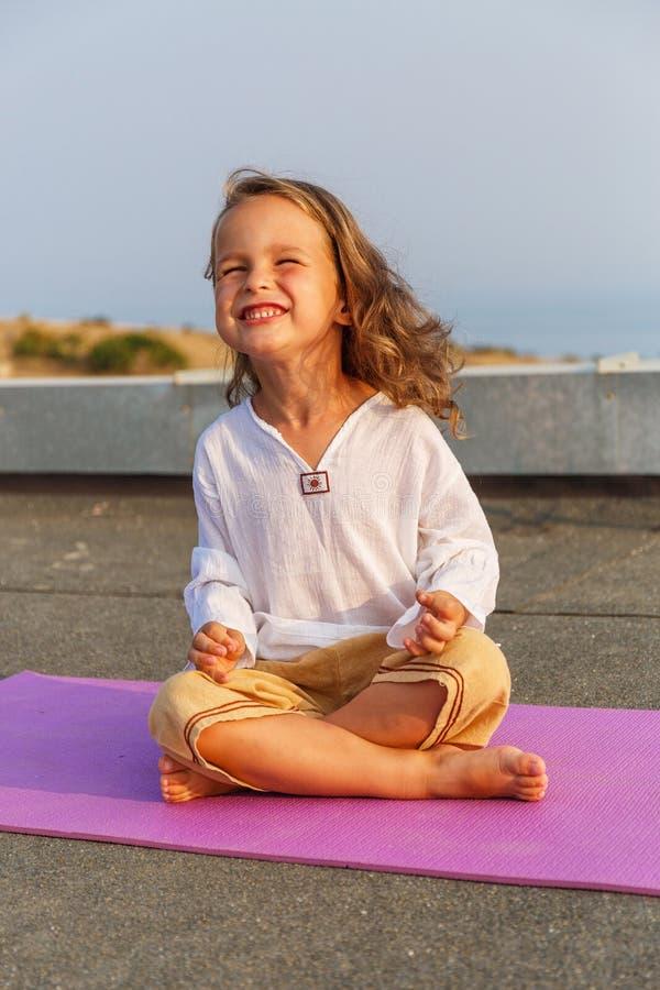 Piękny dziecko na joga macie fotografia stock