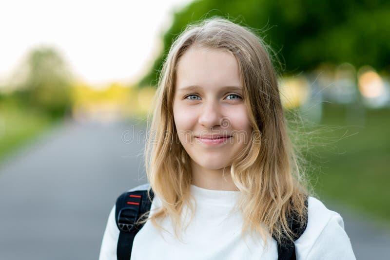 Piękny dziecko, nastoletnia dziewczyna Lato w naturze Zakończenie portret Uśmiechy szczęśliwie Uwalnia przestrzeń dla teksta Poję obraz stock
