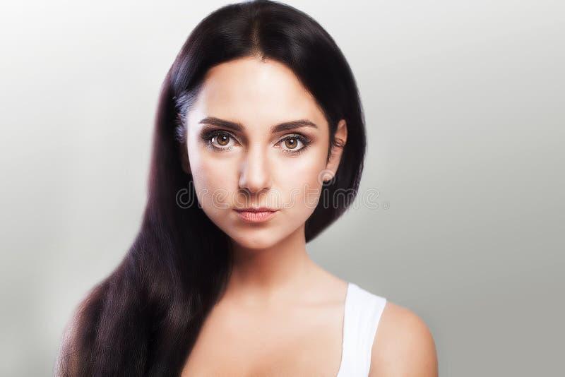 Piękny dziewczyna portret tła kamery dziewczyny target1789_0_ spojrzenia dwa Czysta skóra jest czysta Wyróżniający spojrzenie Prz obraz royalty free