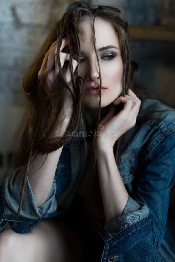 Piękny dziewczyna toples jest ubranym cajg kurtkę dotyka jej li zdjęcia royalty free