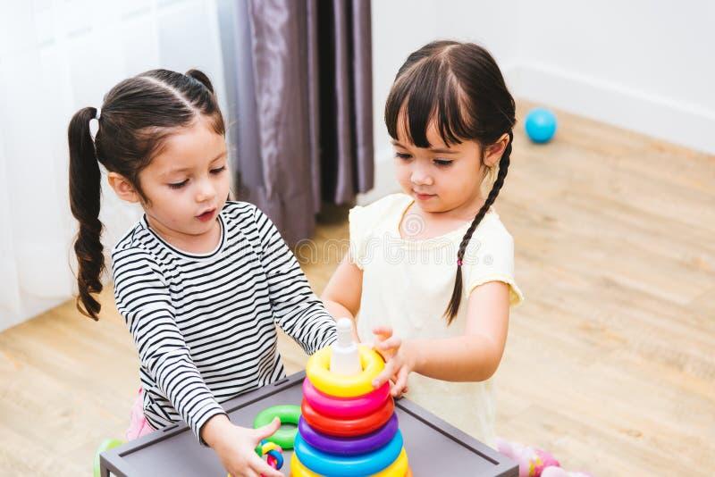 Piękny dziewczynka dzieciniec bawić się pętli zabawkarską edukację obrazy royalty free