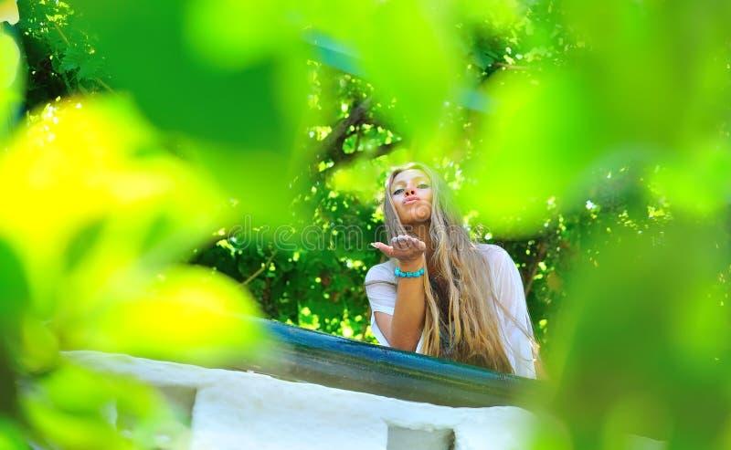 piękny dziewczyny buziaka miotanie obraz royalty free