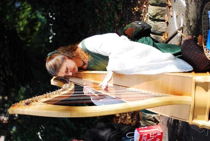 piękny dziewczyny harfy bawić się zdjęcia royalty free