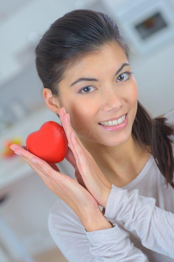 Piękny dziewczyny mienia serce zdjęcie stock