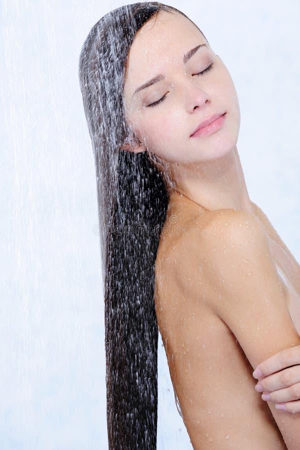 piękny dziewczyny profilu prysznic zabranie obraz royalty free