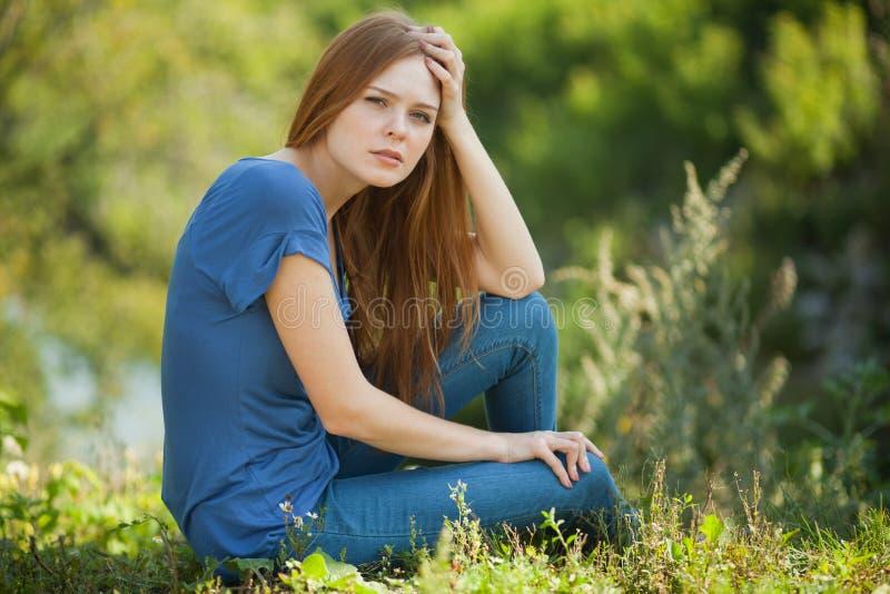 piękny dziewczyny trawy obsiadanie fotografia stock