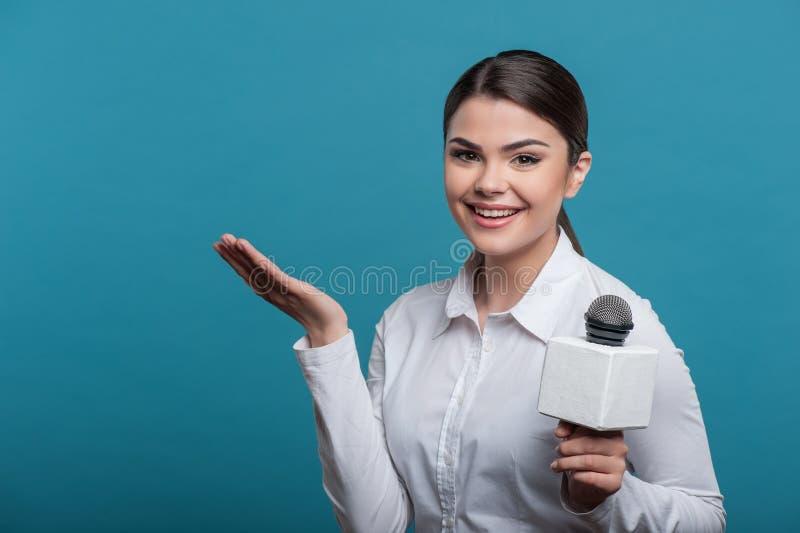 Piękny dziewczyny TV dziennikarz z ładnym uśmiechem jest obraz stock