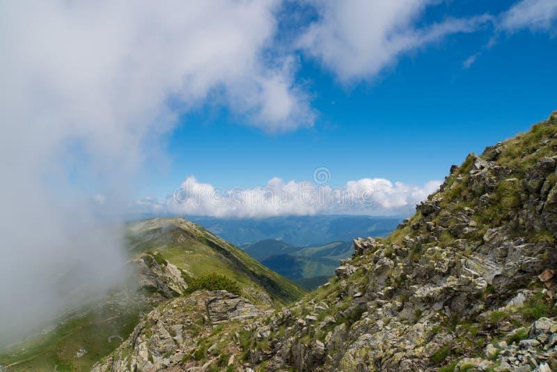 Piękny dziki krajobraz z skalistymi górami i pięknym lata niebem zdjęcia stock