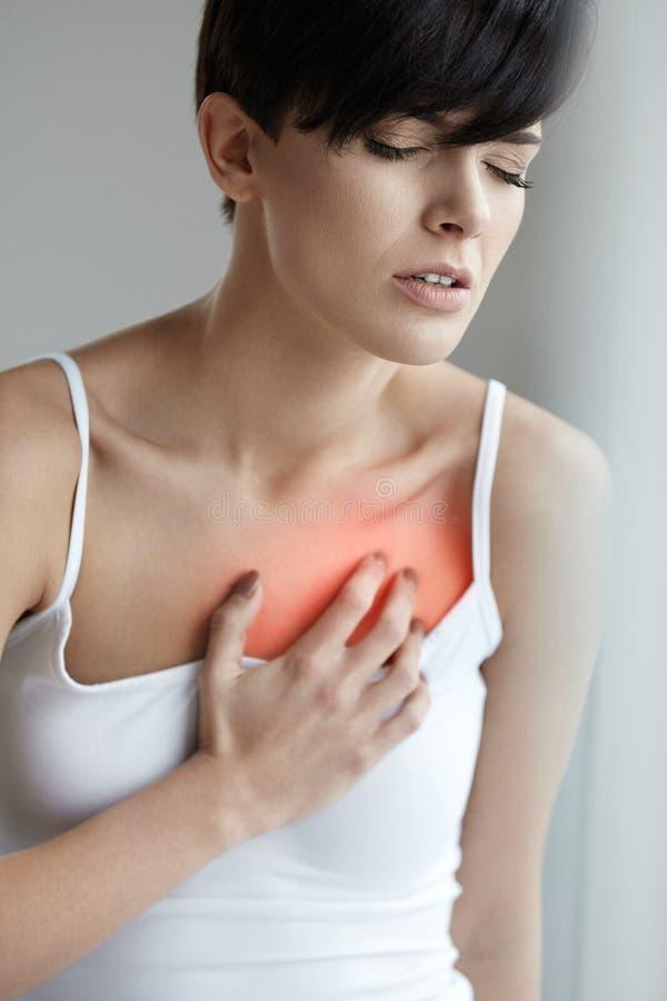 Piękny Żeński cierpienie Od Bolesnego uczucia, ból W klatce piersiowej obrazy stock