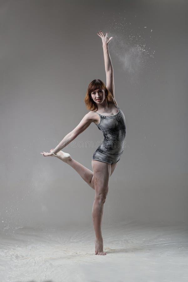 Piękny ekspresyjny baletniczy tancerz pozuje z mąką przy studiiem obrazy royalty free