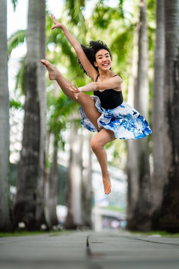 Piękny Elastyczny młoda kobieta taniec zdjęcia stock