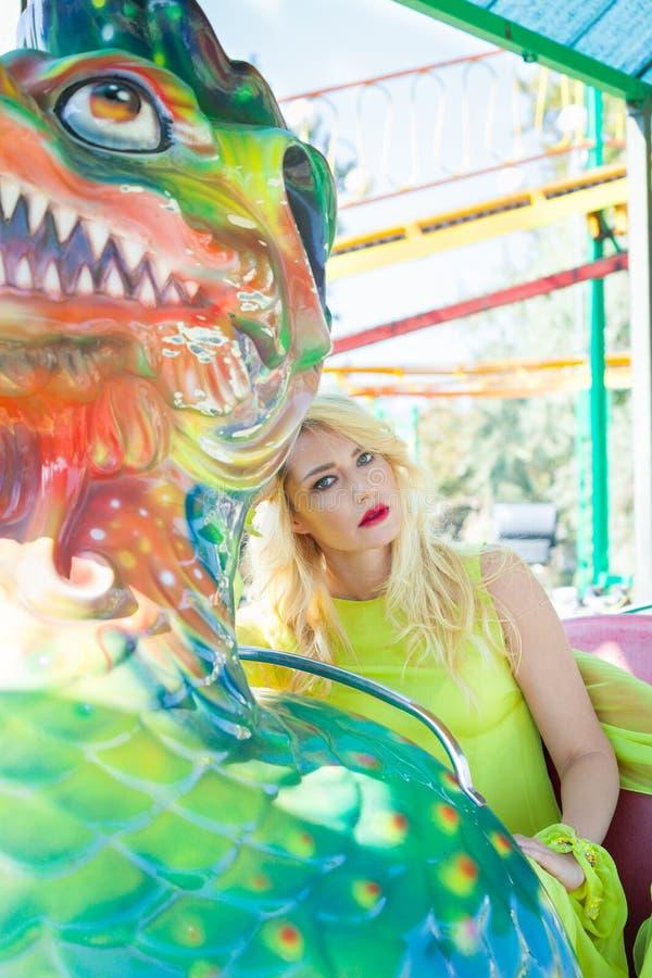 Piękny elegancki blondynki mody kobiety portret w parka rozrywkiego lecie obrazy stock