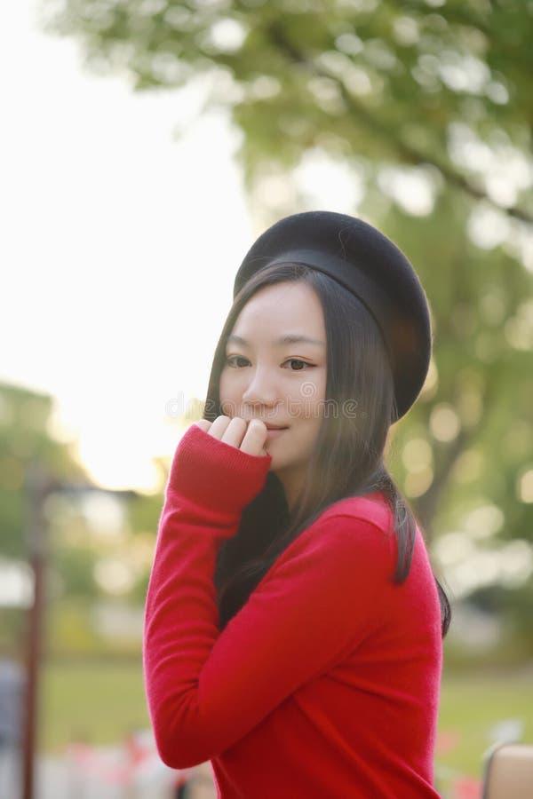 Piękny eleganckiej kobiety stojak w parku w jesieni fotografia stock