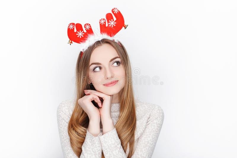 Piękny emocjonalny blondynki kobiety modela odzieży Santa rogacza headpiece tła bożych narodzeń pojęcia powitania odizolowywali b zdjęcia royalty free