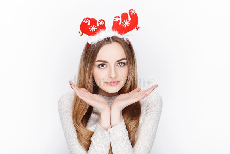 Piękny emocjonalny blondynki kobiety modela odzieży Santa rogacza headpiece tła bożych narodzeń pojęcia powitania odizolowywali b obrazy stock