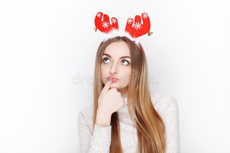 Piękny emocjonalny blondynki kobiety modela odzieży Santa rogacza headpiece tła bożych narodzeń pojęcia powitania odizolowywali b fotografia royalty free