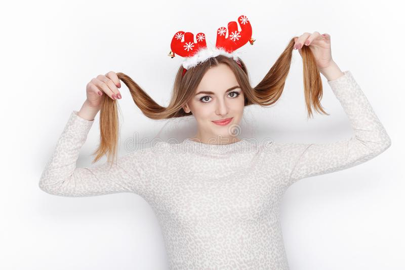 Piękny emocjonalny blondynki kobiety modela odzieży Santa rogacza headpiece tła bożych narodzeń pojęcia powitania odizolowywali b obrazy royalty free