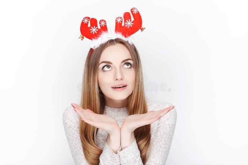 Piękny emocjonalny blondynki kobiety modela odzieży Santa rogacza headpiece tła bożych narodzeń pojęcia powitania odizolowywali b obraz royalty free