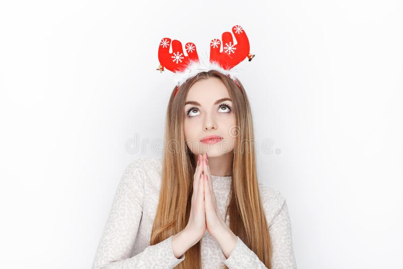 Piękny emocjonalny blondynki kobiety modela odzieży Santa rogacza headpiece tła bożych narodzeń pojęcia powitania odizolowywali b zdjęcia stock