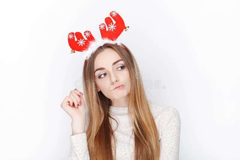 Piękny emocjonalny blondynki kobiety modela odzieży Santa rogacza headpiece tła bożych narodzeń pojęcia powitania odizolowywali b zdjęcie stock