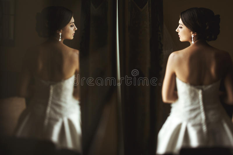 Piękny emocjonalny francuski brunetki panny młodej odbicie w obrazku obrazy stock