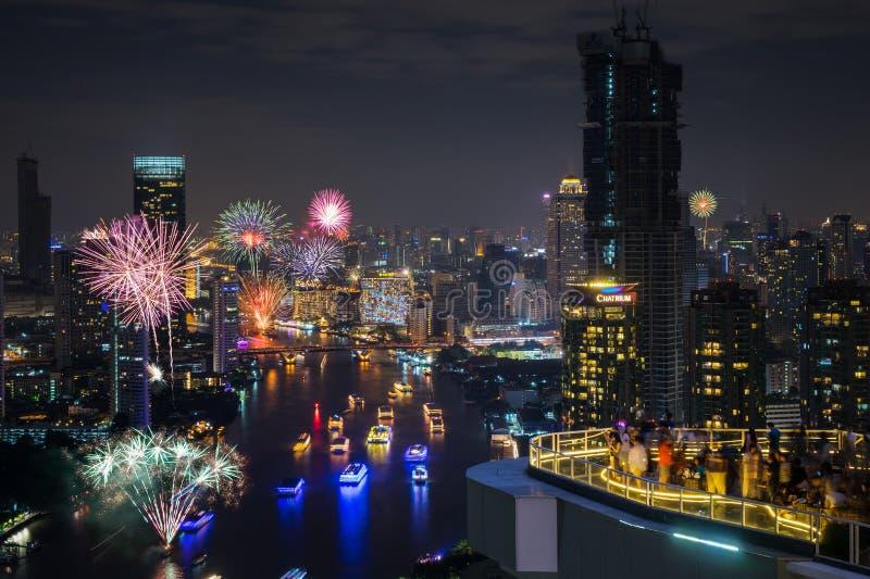 Piękny fajerwerk nad pejzażem miejskim zdjęcia stock