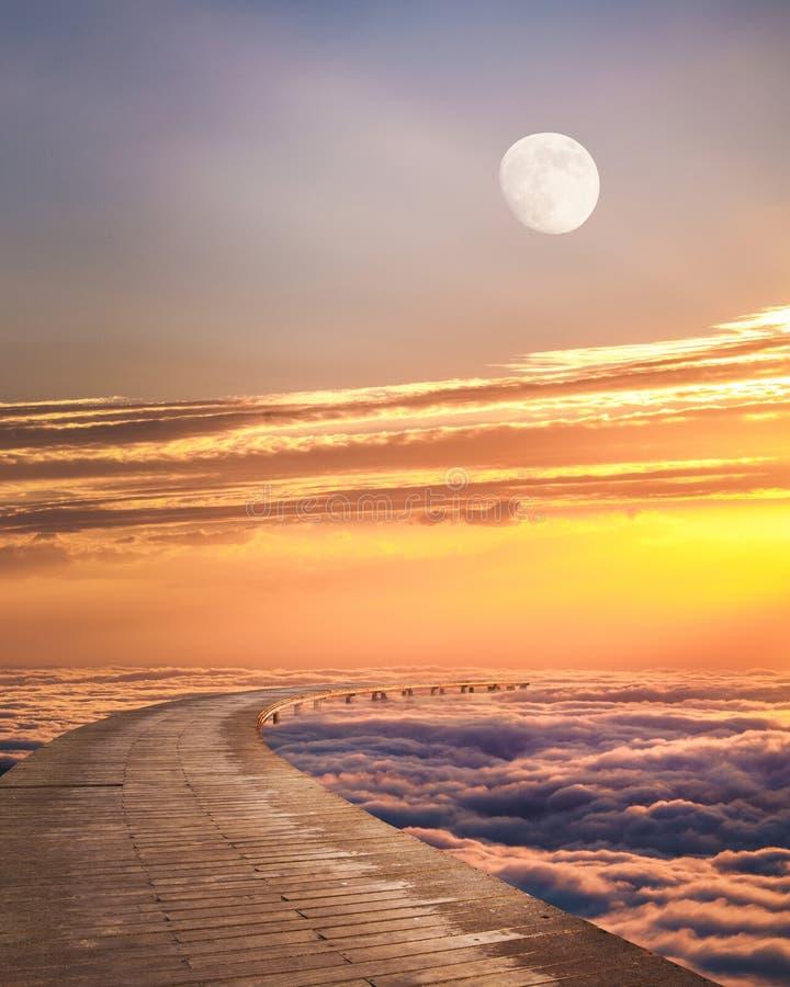 Piękny fantazja krajobraz nad chmury przeciw zmierzchowi obrazy royalty free
