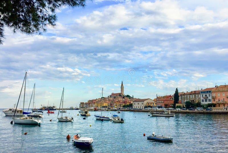Piękny faraway idylliczny piękny widok Rovinj, Chorwacja przez zatokę Łodzie zakotwiczają w zatoce zdjęcia stock