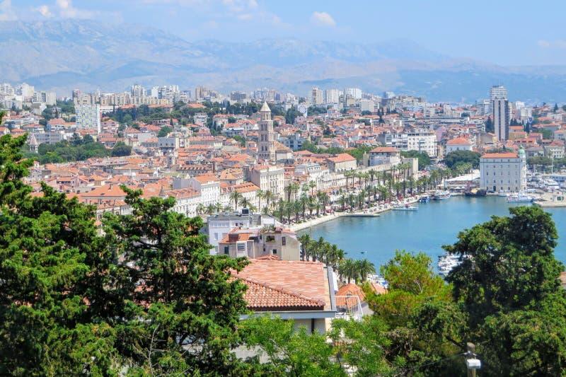 Piękny faraway widok rozłam, Chorwacja od Marjan wzgórza obraz stock