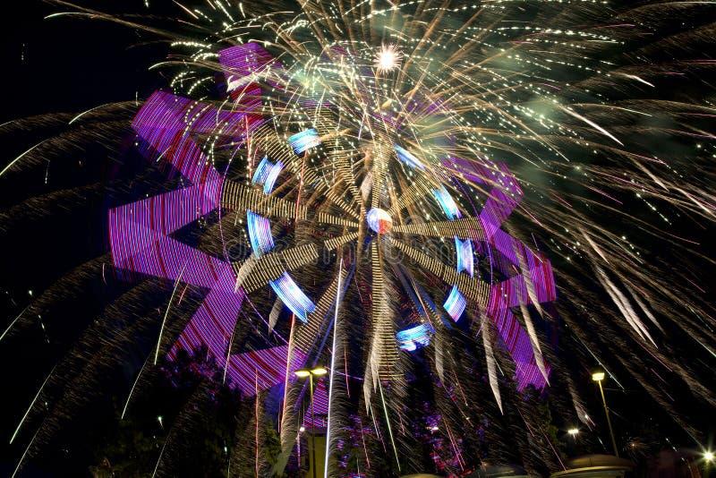 Piękny Ferris koło, fajerwerki przy nocą i obraz royalty free