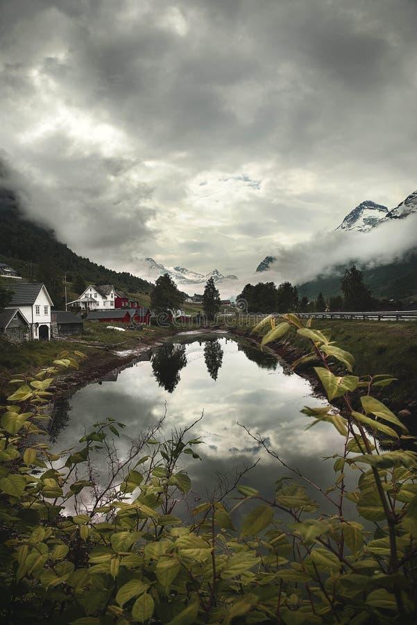 Piękny Flaam Fjord przy półmrokiem obraz stock