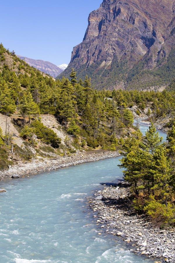 Piękny góra krajobraz w himalajach, Annapurna region, Nepal Słoneczny dzień Nepal lato Duża góra, błękitny świeży i rzeka zdjęcie stock