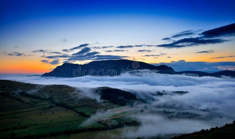 Piękny góra krajobraz w mgłowym ranku w albumach, Rumunia fotografia stock