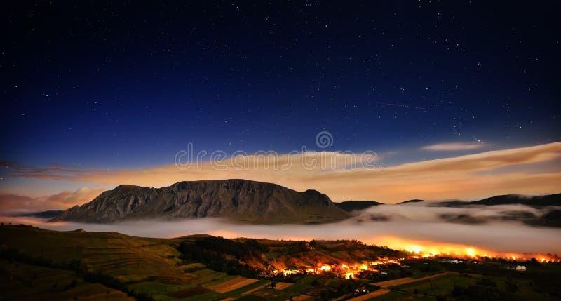 Piękny góra krajobraz w mgłowym ranku w albumach, Rumunia zdjęcia royalty free