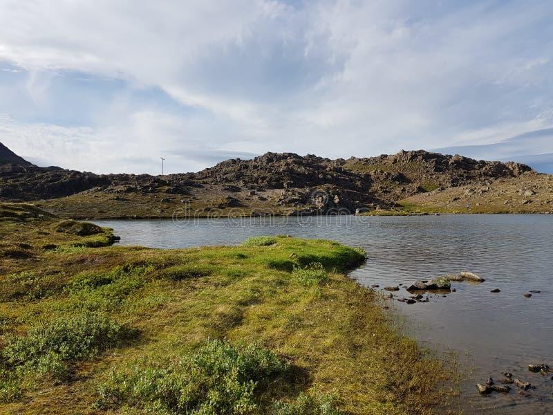 Piękny góry i świeżej wody jeziorny widok na mageroya, północny przylądka okręg administracyjny zdjęcie stock