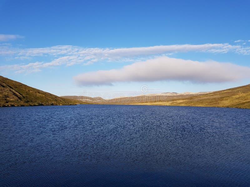 Piękny góry i świeżej wody jeziorny widok na mageroya, północny przylądka okręg administracyjny zdjęcia stock