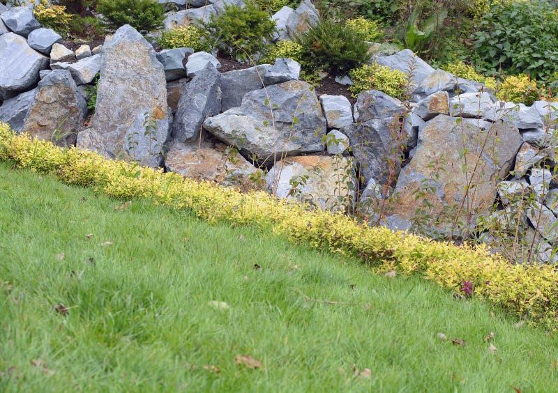Piękny gazon z ogródem kamienie zdjęcie stock
