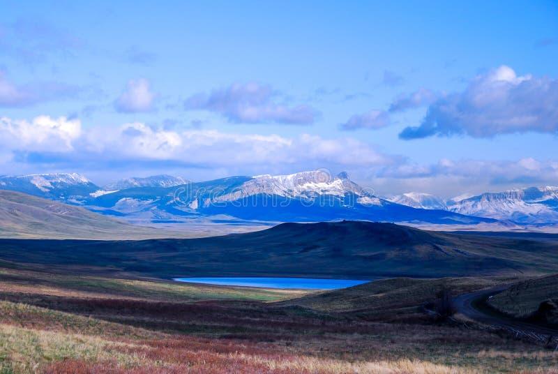 Piękny Halny jezioro wzdłuż gór Montana zdjęcie stock
