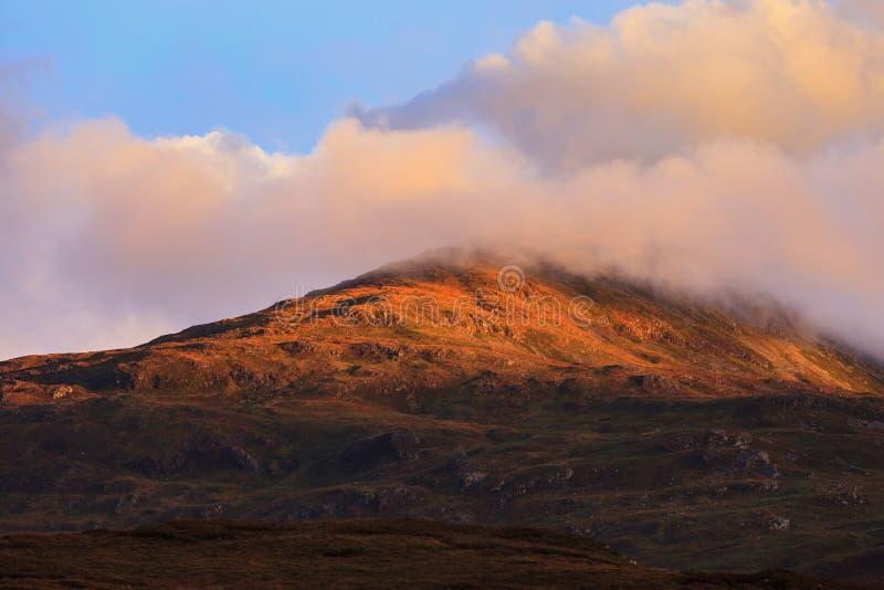 Piękny halny szczyt podczas zmierzchu z dramatyczną chmurą fotografia stock