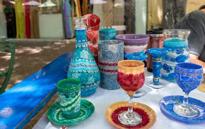 Piękny handmade kolorowy szklany crockery sprzedawał przy rękodzieło rynkiem Izrael fotografia royalty free
