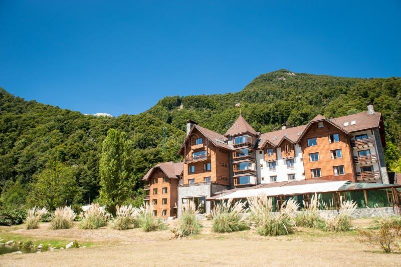 Piękny hotel przy górami obraz stock