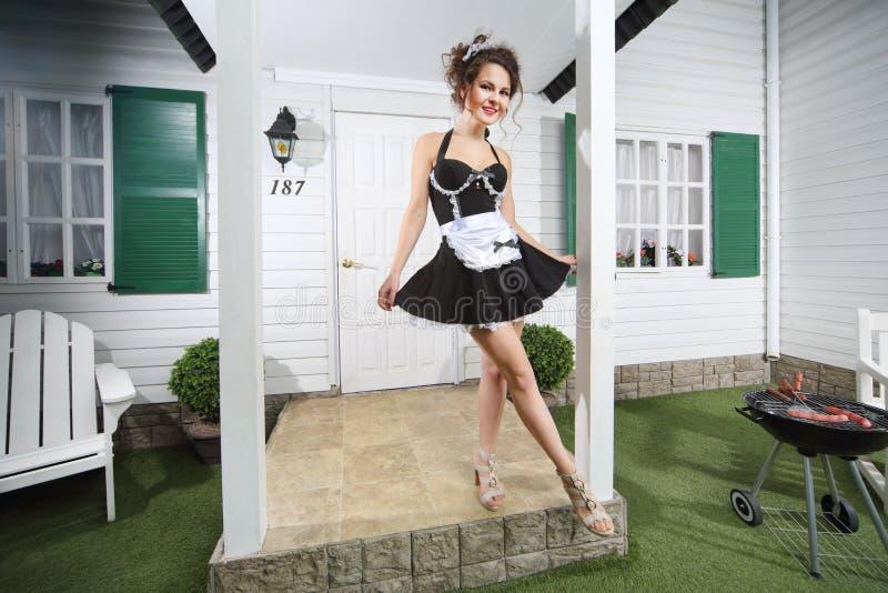 Piękny housemaid pozuje blisko dom na wsi zdjęcia stock