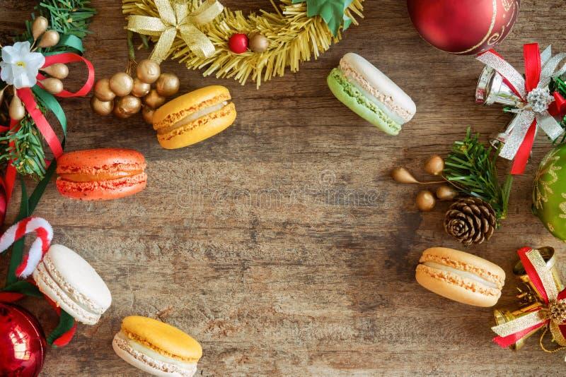 Piękny i śliczny macaron w odgórnego widoku mieszkaniu kłaść z Bożenarodzeniowym b obraz stock