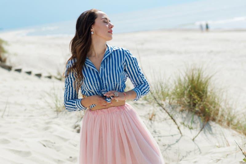 Piękny i elegancki brunetki odprowadzenie na plaży Portret w profilu fotografia royalty free