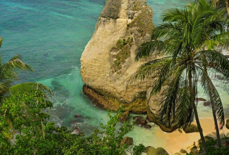 Piękny i idylliczny sceniczny widok morze krajobraz przy tropikalną wyspa raju plażą z diamentowymi kształt skały falezy drzewkam fotografia royalty free