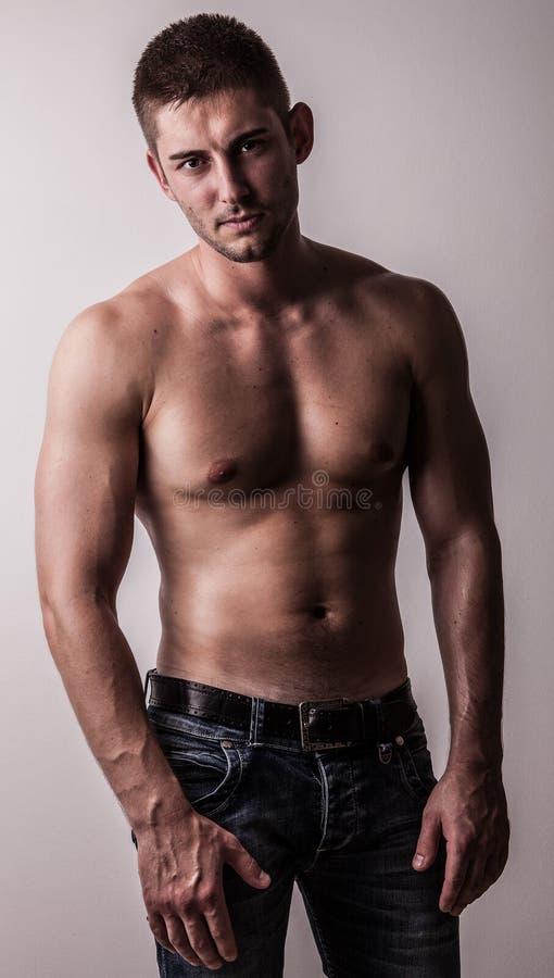Piękny i zdrowie sportowy caucasian mięśniowy młody człowiek. fotografia royalty free