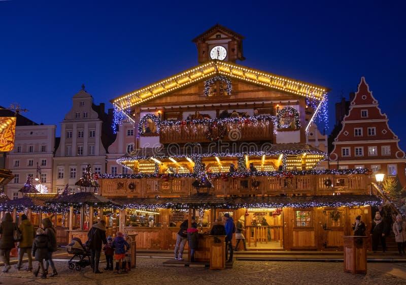 Piękny iluminujący drewniany pawilon przy tradycyjnymi bożymi narodzeniami wprowadzać na rynek przy Wrocławskim Francisco bay bri zdjęcie stock