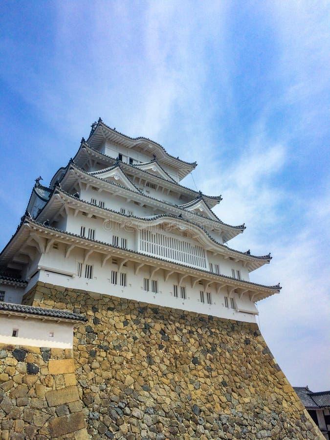 Piękny japończyka kasztel z niebieskiego nieba tłem obrazy stock